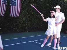 Тренер по теннису на открытом корте оттрахал трёх молодых подружек