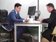 Мужчина оттрахал на столе в офисе двух молодых похотливых сотрудниц