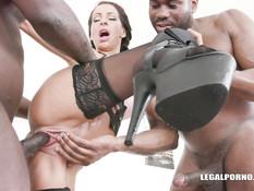 Двое чёрных мужиков отпердолили в анал грудастую девушку с косичками
