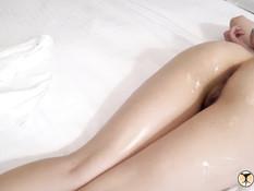 Мулат связал худую белую девчонку и отпердолил в киску и тугой анус