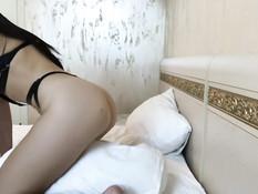 Грудастая русская брюнеточка трётся пиздой об подушку и сосёт фаллос