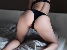 При помощи вибратора и пальцев русская девка довела себя до оргазма