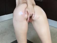 Стройная русская девка с большими титьками мастурбирует сидя на полу