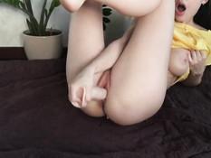 Грудастая русская девка теребит клитор пальцами и ебёт себя фаллосом