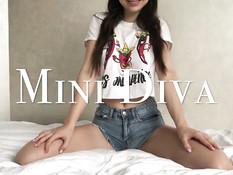Грудастая русская девчонка на кровати мастурбирует клитор вибратором