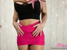 Пышногрудая спортивная девка с розовыми волосами танцевала стриптиз