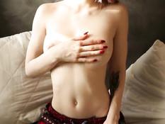 Гламурная русская красавица с тату оттрахала себя во все отверстия