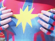 Светловолосая русская косплеерша трахается в наряде Капитана Марвела