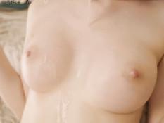 Ненасытная русская девка жадно сосёт член и получает сперму на язык