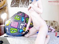 Милая русская девушка с голубыми волосами мастурбирует в порно чате