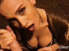 Сисястая русская блондинка выдрочила сперму из члена в ночном парке