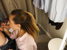Симпатичная русская девка мастурбирует клитор и делает парню минет