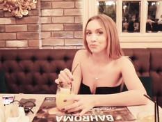 Голубоглазая русская блондинка делает глубокий минет в туалете в кафе