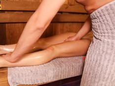 Заботливый парень в сауне делает русской девчонке массаж и фистинг