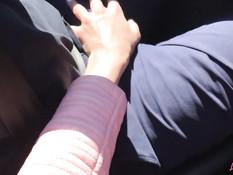 Гламурная русская красавица отсасывает у парня в красном кабриолете