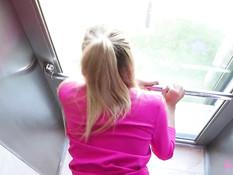 Молодая русская блондинка сосёт хуй и ебётся с парнем в кабине лифта