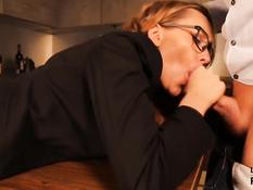 Кудрявую русскую блондинку отымели в бритую пизду на кухонном столе