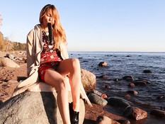 Возбуждённая русская блондинка трахает себя фаллосом на морском пляже