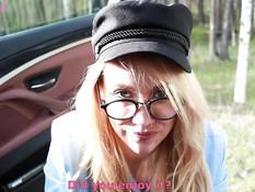 Очкастая русская блондинка сосёт член у сидящего в машине бойфренда