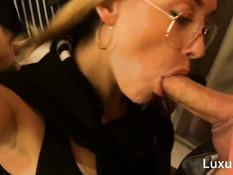 Очкастая русская блонда сосёт член в торгово-развлекательном центре