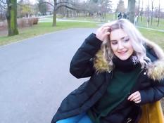 Грудастая русская тёлка высосала у пикапера сперму в городском парке
