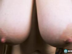 Зрелая блондинка трясёт большой грудью и мастурбирует побритую пизду