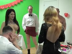 Трое мужчин свингеров занимаются сексом с двумя грудастыми девушками