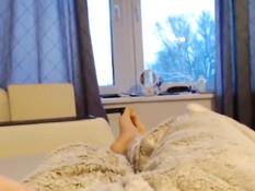 Грудастая русская девушка стащила с парня одеяло и стала сосать член