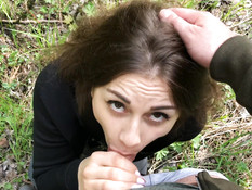 Рассерженный парень заставил русскую девушку отсасывать член в парке