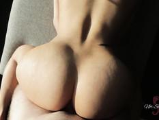 Сисястая девка с пирсингом надевает ошейник и предлагает парню секс