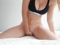 Юная блондинка с большими натуральными сиськами мастурбирует клитор