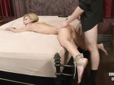 Привязанная к кровати молодая блондинка была отшлёпана и оттрахана