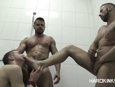 Двое небритых мускулистых геев отпердолили в душе худенького парня