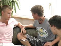Двое молодых геев занялись сексом с вернувшимся из поездки приятелем