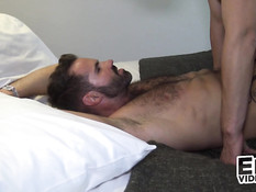 Небритый гей отсосал член у татуированного приятеля и подставил анус