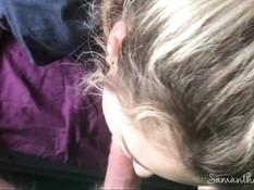 Светловолосая девчонка с большими сиськами получила сперму на живот