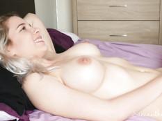 Посмотрел на мастурбирующую грудастую блондинку и отодрал её в киску