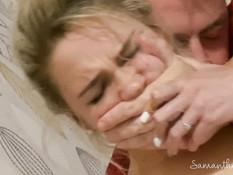 Грудастая молодая блондинка громко кричит во время мокрого оргазма