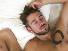 Бородатый парень отымел в очко молодого татуированного транссексуала