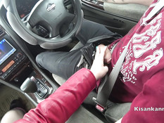 Развратная русская блондиночка сосёт член в машине и глотает сперму
