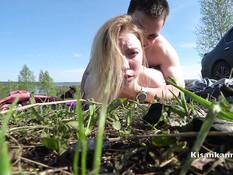 Парень оттрахал в поле сиськастую русскую блондинку и кончил на лицо