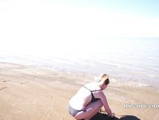 Грудастая русская подружка ебёт парня на пляже и выдрачивает сперму
