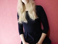 Юная русская блондинка снимает трусики и мастурбирует клитор руками