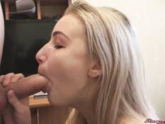 Старательная русская блондиночка выдрачивает сперму в рабочий ротик