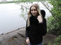 Светловолосая русская девушка сосёт член на берегу и получает сперму