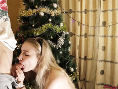 Игривая русская блондинка в сетчатых чулках сосёт хуй и ебётся раком