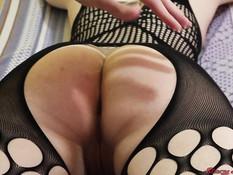 Молодая русская блондинка в чёрном боди-комбинезоне попробовала анал