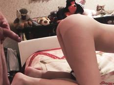 Юная русская блондинка дрочит член ногами и трахается с парнем раком