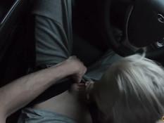 Он подвёз молодую русскую блондинку и оттрахал на обочине возле леса