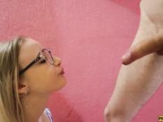 Очкастая русская блондиночка старательно отсасывает член у бойфренда